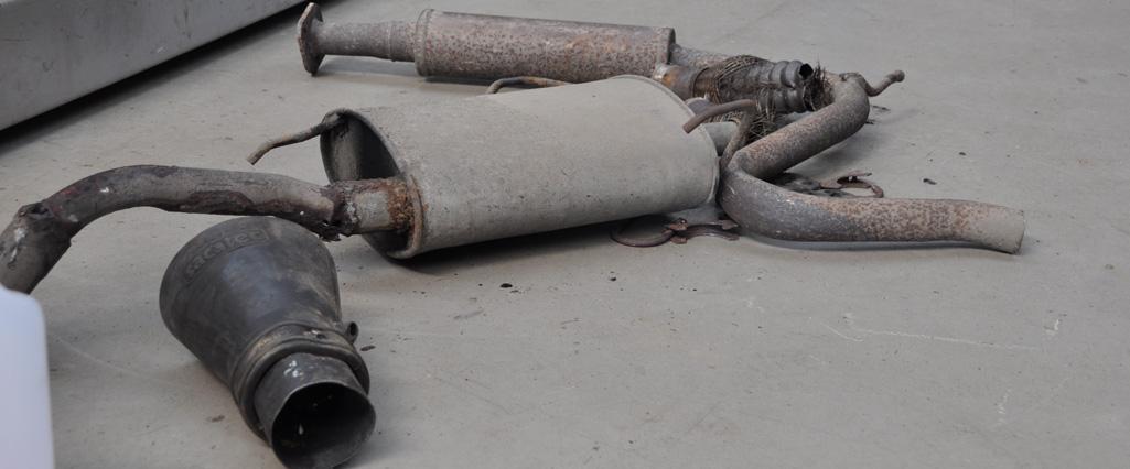 uitlaat wordt gemaakt bij van steenis auto's in Sint Maartensdijk